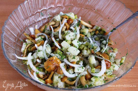Заправить растительным маслом и перемешать. Салат готов!