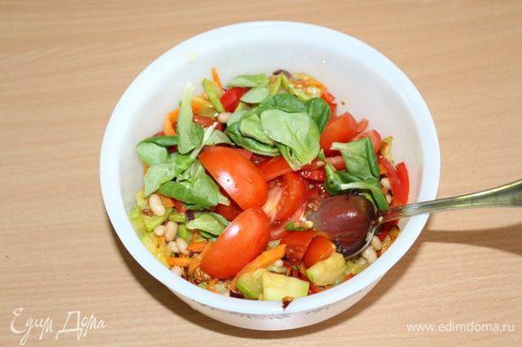 Добавить в остывший салат помидоры и салат корн, перемешать. Посолить, поперчить по вкусу.
