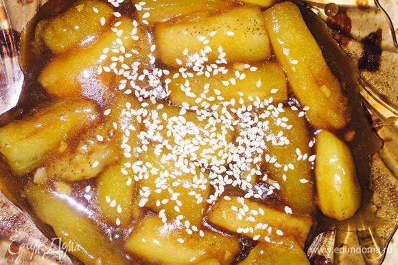 В это время, пока будут обжариваться баклажаны, сделаем соус. Воду, соевый соус, уксус, сахар, соль, крахмал и размельченный чеснок смешаем и выливаем в сковороду, ждем минуты 2-3 до загустения соуса. Посыпаем кунжутом (его заранее можно обжарить). Блюдо готово. Приятного аппетита!