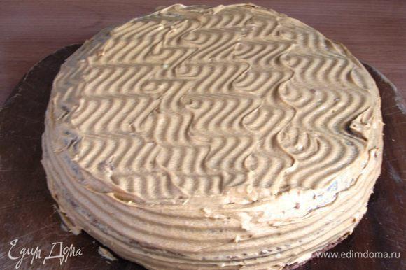 Так же поступить с остальными коржами. Рассчитывать так, чтобы крема хватило и на бока торта. В таком виде торт убрать в холодильник на несколько часов для настаивания.