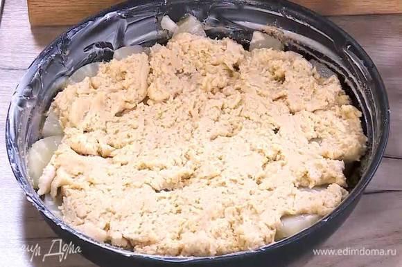 Сверху на ананасы тонким слоем выложить тесто.
