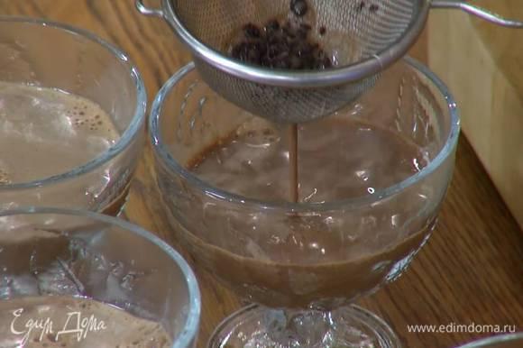 Через сито разлить молочную массу в креманки.