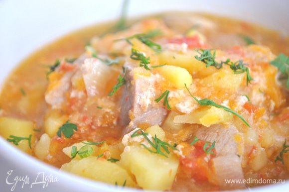 Готовый картофель перемешиваем, посыпаем зеленью, по желанию можно добавить чеснок.