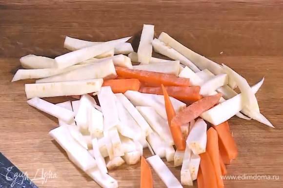 Сельдерей, пастернак и морковь почистить и нарезать тонкими длинными брусочками.