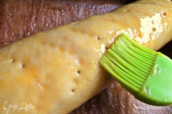 Смазываем верх оставшейся половинкой желтка и отправляем в разогретую духовку до 180°С на 20 минут.