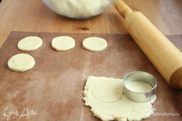 Раскатать тесто на коврике, вырезать формочкой печенье.