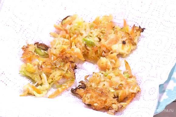 Разогреть в сковороде оставшееся оливковое масло, пожарить оладушки и выложить на бумажное полотенце, чтобы удалить излишки жира.