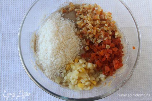 К тесту добавить кокосовую стружку, мелко порубленные ананасы, курагу и апельсиновые цукаты.