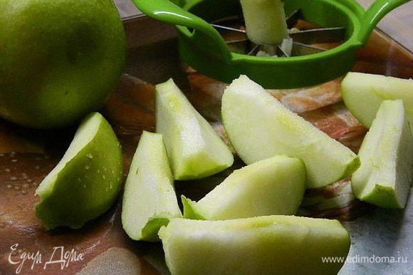 Яблоки почистить и удалить сердцевину.
