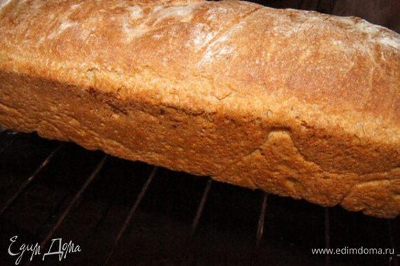 Выпекать хлеб 45-50 минут. Через 20 минут у меня подрумянился и я убавила температуру до 180°C. Следите за хлебом по своей духовке.