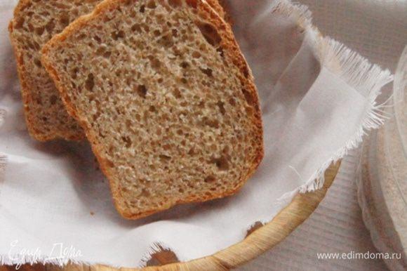 Хлеб получается мягкий, немного рассыпчатый, с тонкой хрустящей корочкой.