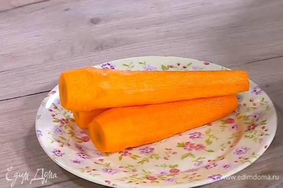 Морковь отварить, затем почистить и нарезать.