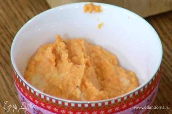 Вторую часть хумуса поместить в чистый блендер, добавить морковь, влить немного оливкового масла Extra Virgin и взбить в однородную массу.