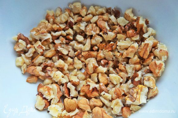 Грецкие орехи поломать в крошку.