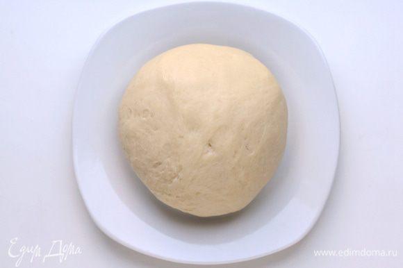 Муку просеять. Добавить соль. Влить растительное масло, а затем сразу кипяток. Перемешать. Добавить разрыхлитель. Еще раз перемешать. Получается очень нежное мягкое, эластичное тесто. Завернуть его в пленку и оставить в холодильнике на 20 минут.