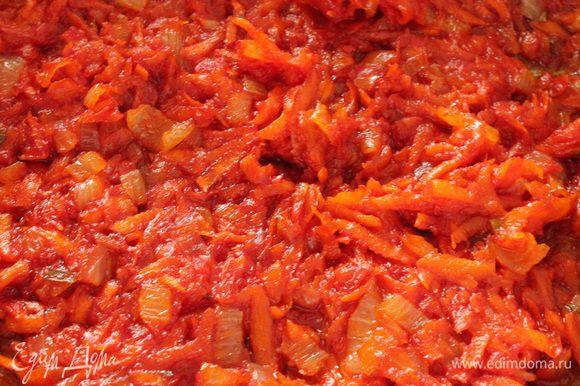 Обжарить на растительном масле сначала лук до прозрачности, добавить морковь, помешивая обжаривать еще минуты 3-4, добавить томатную пасту, соль, сахар, помешивая обжарить еще 2 минуты.