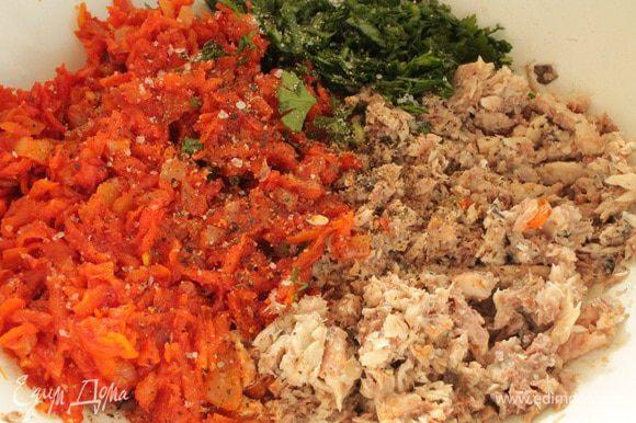 Слить жидкость из рыбных консервов, размять вилкой. Добавить обжаренные овощи, отваренный рис, рубленую зелень по вкусу.