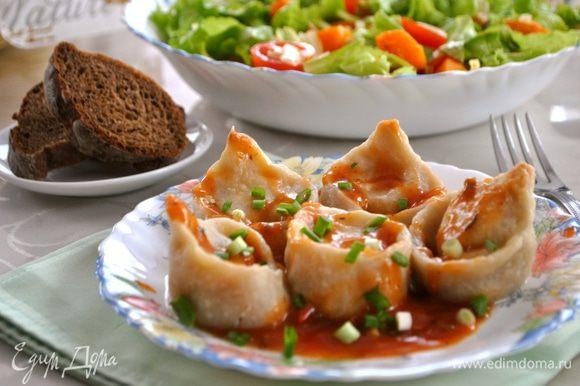 Поливаем кундюмы соусом. Посыпаем зеленью. Если Вы не поститесь, то вкусно со сметаной и, наверное, с майонезом. Муж ел без соуса, сказал, что томат перебивает вкус грибов. В общем, кому как нравится! Приятного аппетита!