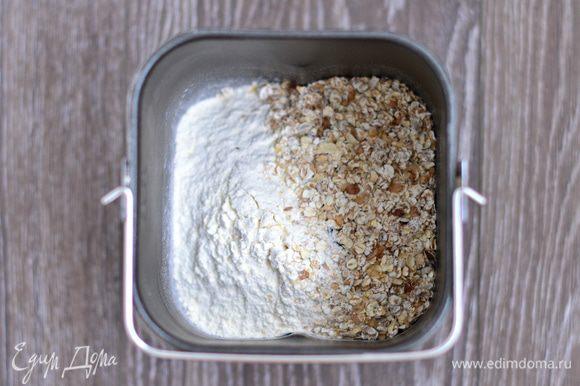 Муку просеять, добавить овсяные хлопья (50 г). Я делаю тесто в хлебопечке, так что все добавляю в чашу для замеса.