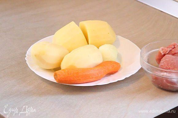 Наливаем воду в кастрюлю и ставим на плиту. Овощи будем добавлять в горячую или даже – кипящую воду. Это нужно для уменьшения времени приготовления, что сохранит нам полезные свойства ингредиентов.