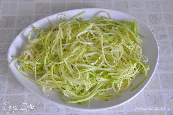 Выложить нарезанный кабачок на блюдо.