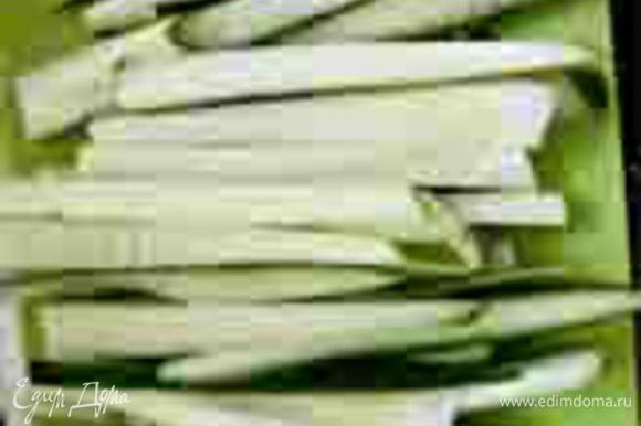 Пока блинчик жариться нарезать огурец соломкой. Кроме огурца можно использовать лист салата и вареный картофель, нарезанный соломкой, или поэкспериментировать с другими овощами!