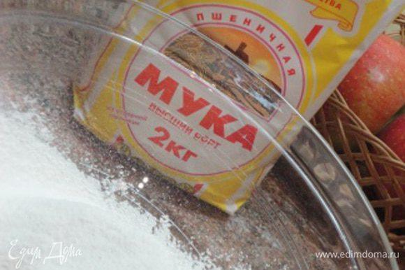 Муку просейте, добавьте соду (ложка без верха), соль и перемешайте. Сюда же добавьте орехи с клюквой и еще раз перемешайте. Включите духовку для разогрева до 180°C.