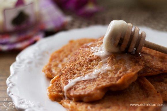 Подавать с медом и джемом. Если молоко заменить водой и не добавлять яйца, получится вполне постное лакомство.