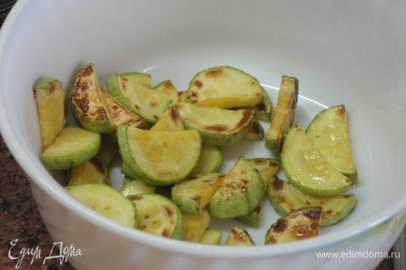 В сковороде хорошо разогреваем растительное масло и обжариваем все овощи по отдельности, буквально по паре минут, чтобы образовалась румяная корочка.