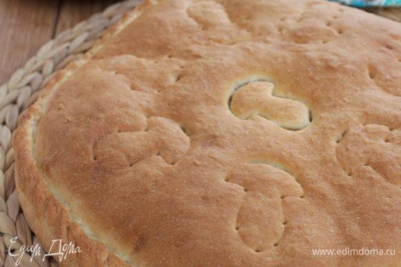 Дать пирогу расстояться примерно 30 минут. Пирог можно смазать крепким чаем.Выпекать до зарумянивания в духовке при 180°С (примерно 30 минут).