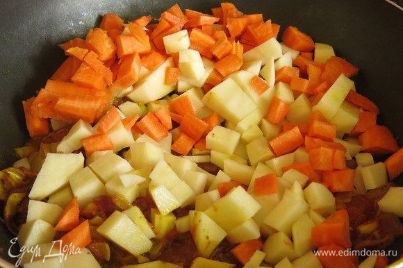Пока все жарится моем и нарезаем картофель и морковь, кладем на сковородку, обжариваем 5 минут.