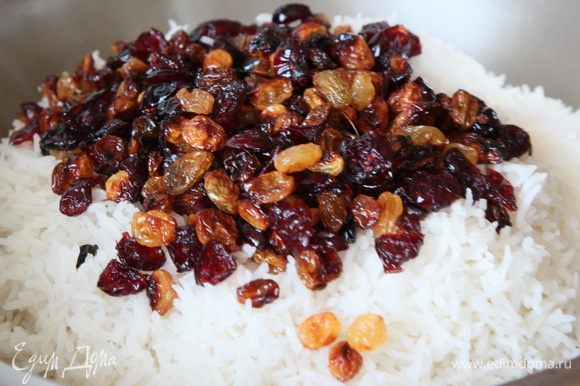 Теперь выкладываем сверху рис, собираем его горкой, сверху разравниваем и выкладываем подготовленные сухофрукты.