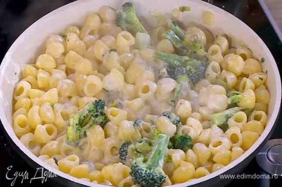 Горячую пасту выложить в сковороду с овощами, все перемешать и сбрызнуть оливковым маслом Extra Virgin.