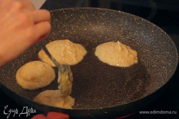 Наливаем на сковороду растительное масло и начинаем выкладывать наши постные «бризольки» с помощью обычной столовой ложки.