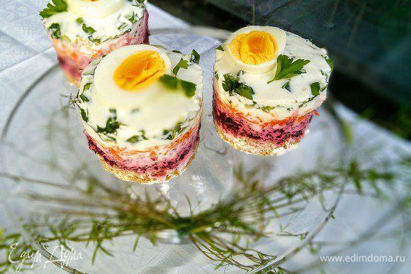 Украсьте тортики сваренным вкрутую яйцом или как вам будет угодно. В предисловии я написала, что тортики девчачьи.... но неожиданно понравились моему супругу)).