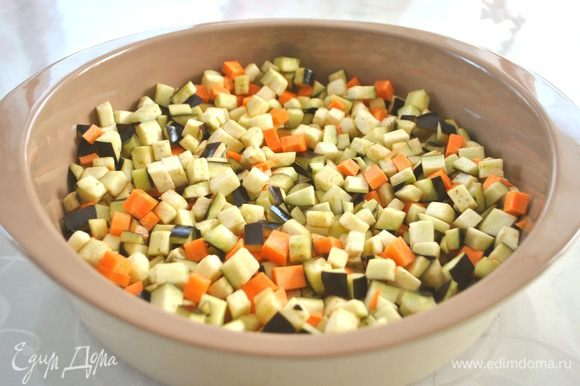 Параллельно с этим запекаем овощи. баклажаны с морковью режем кубиками 1х1 см. Смешиваем с маслом. Отправляем в разогретую до 180°C духовку. Примерно через 10 мин. духовку открыть и перемешать овощи.