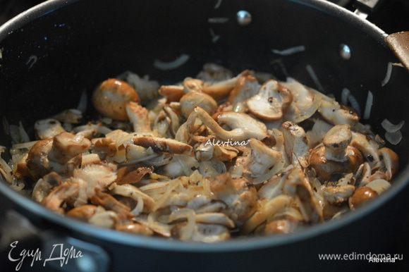 Добавить грибы очищенные как свежие шампиньоны, шиитаке, крупные нарезать. Готовить 8 мин.