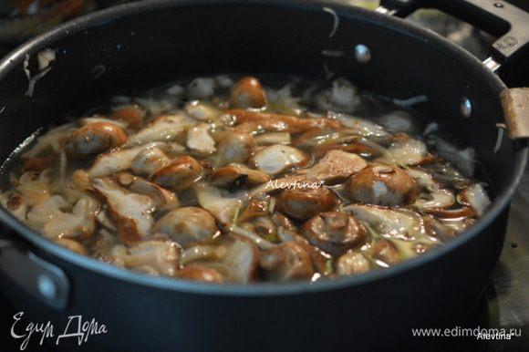 Добавить мясной бульон, если у вас сушеные шиитаке добавить вместе с бульоном. Готовить 15 мин.