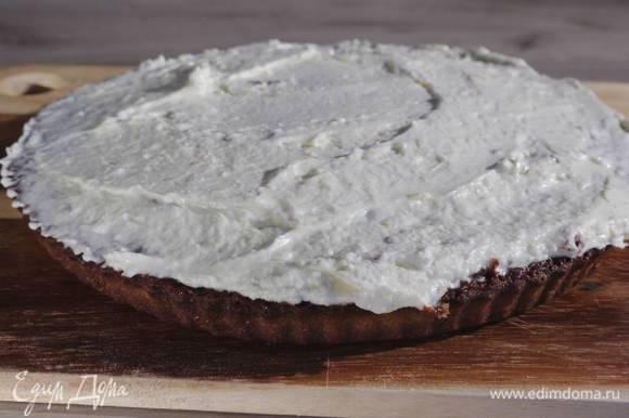 Готовый пирог остудить и покрыть глазурью.