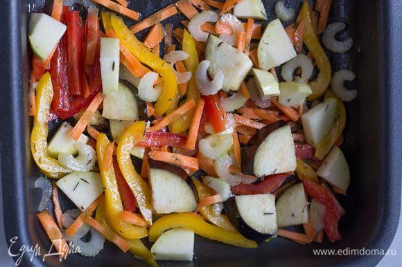 Сложите все рубленные овощи на противень, смешайте с 2 ст.л. оливкового масла, винным уксусом, тимьяном и солью. Запекайте 40 минут.