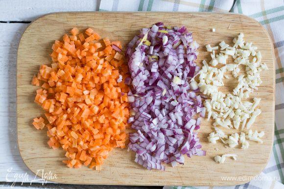 Лук и чеснок порубите, морковь нарежьте кубиками.