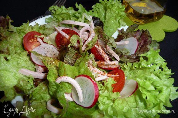 Салат заправить маслом. Добавить смесь перцев. Соль по желанию. Приятного аппетита!!!