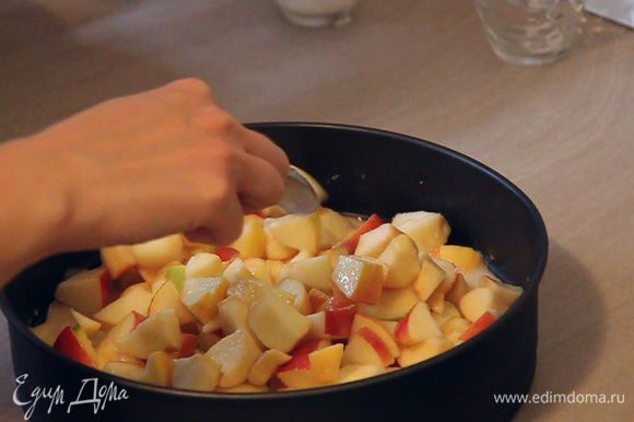 Сверху теста обильно выкладываем подготовленные нами яблоки.