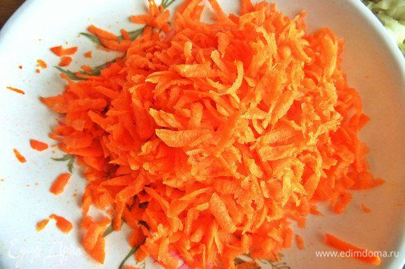Морковь крупно натереть.