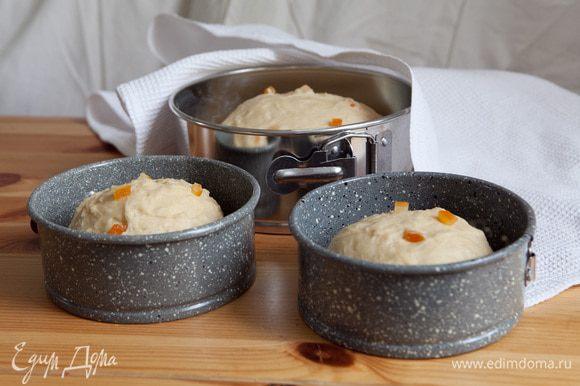 Стенки и дно форм для выпечки немного смазать маслом. Сформировать из теста шар и заполнить каждую форму на 1/3 высоты. Дать тесту подняться около 15 минут.