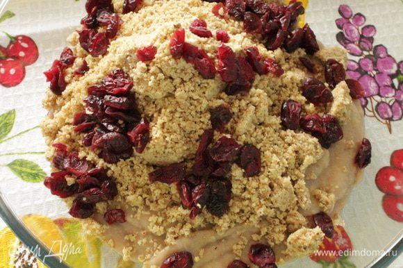 Добавить к полученной массе молотые орехи, вяленую клюкву или другие сухофрукты по вашему вкусу.