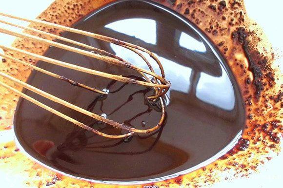 Добавить к нему половину кэроба, просеянного через сито, и мед. Тщательно перемешать. Меда можно положить и меньше, тогда получится более интенсивный шоколадный вкус. Добавить оставшийся кэроб и снова тщательно перемешать.