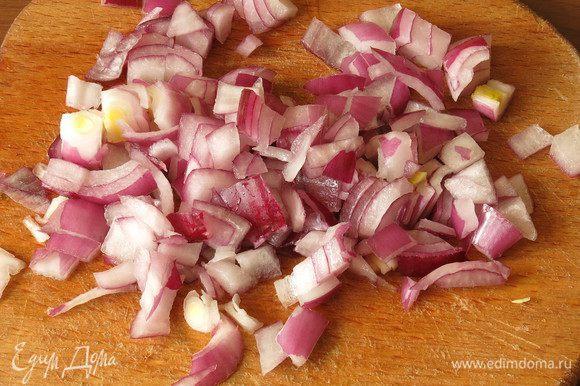 Нарезаем лук. Промываем и варим поджаренную гречку. На 1 стакан крупы 1,5 стакана воды — после закипания солим, варим 15 минут на слабом огне, укутываем казан в полотенце и даем каше дойти.