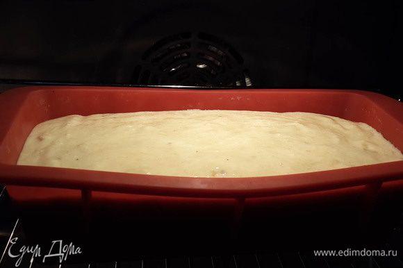Смешать творожную массу с манкой и бананами. Вылить в силиконовую форму. Запекать при 180°C около 45-50 минут.