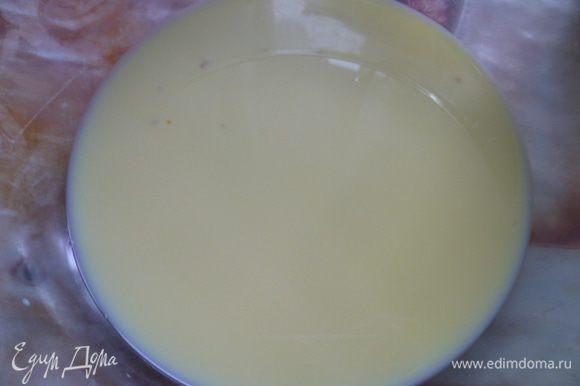 Для начала приготовим опару. Растворим дрожжи и 1 столовая ложка в теплом молоке.